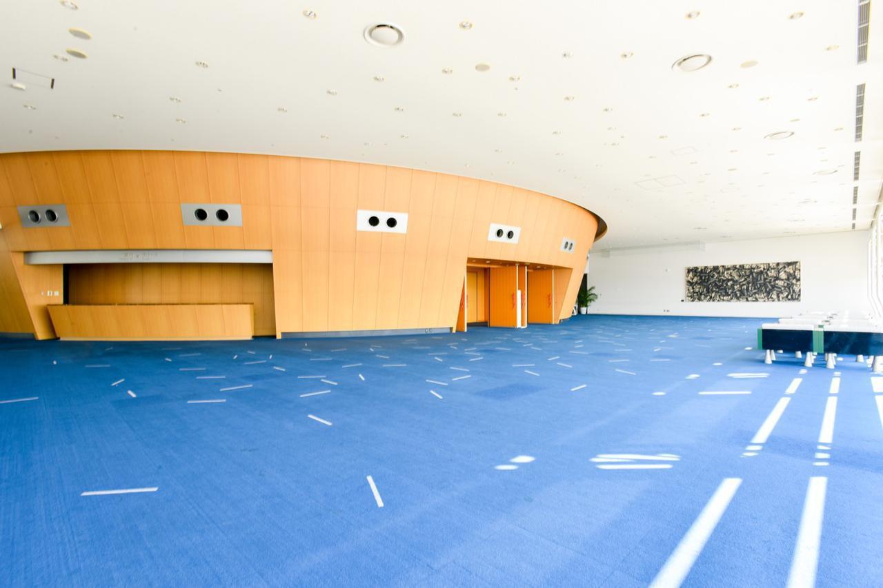 画像: 特別会議室の外観。周囲は外光が差し込むロビーになっている