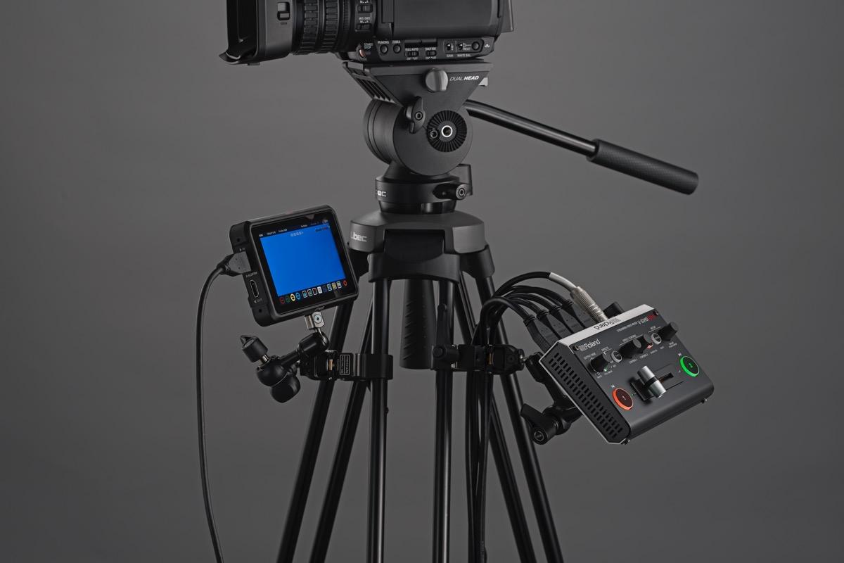 画像: 横幅160mm×奥行き108mm×高さ51mmと超コンパクトなV-02HD MK II。底面には1/4インチのネジ穴が備わっているので、三脚に取り付けることもできる