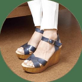 画像: イタリアンレザーを使った人気シリーズのサンダルは、トスカーナ州の職人によって作られたアイテム。ウッドウエッジソールは安定感があり、歩きやすいのもポイント。