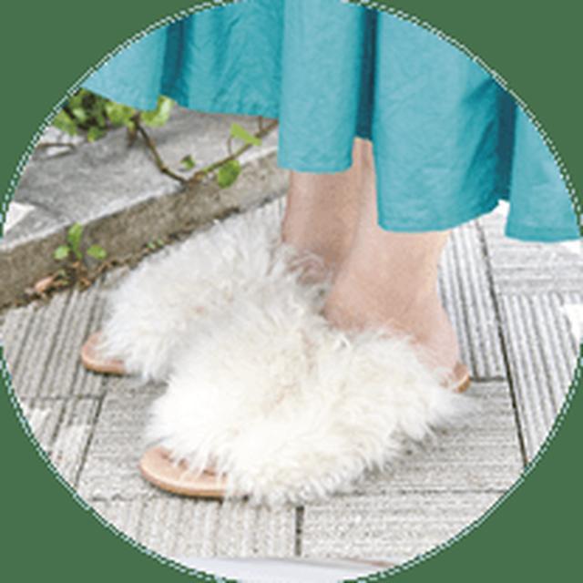 画像: ふわふわとした毛足の長いファーサンダルは、シーズンレスでコーディネートのアクセントとして活躍。フラットヒールなので、お出かけのときにもおススメ。