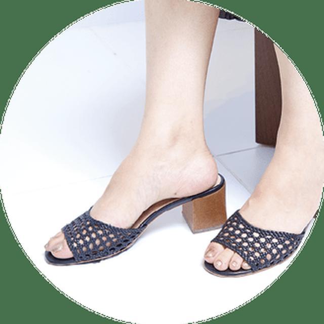 画像: メッシュとウッドの素材ミックスを楽しめるクラシカルな印象のサンダル。メッシュ部分は柔らかいので、ホールド感があって歩きやすい。太めのヒールは安定感も◎。