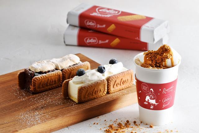 画像: スティックチーズケーキ with ロータス ビスコフ 430円 スティックチョコレートケーキ with ロータス ビスコフ 430円 ※東急東横店のみ オリジナルのチョコレートケーキ、チーズケーキをビスコフでサンドしました。仕上げにチーズケーキには生クリームとブルーベリー、チョコレートケーキにはビスコフ風味の生クリームをトッピング。気軽に楽しめるワンハンドスイーツです。