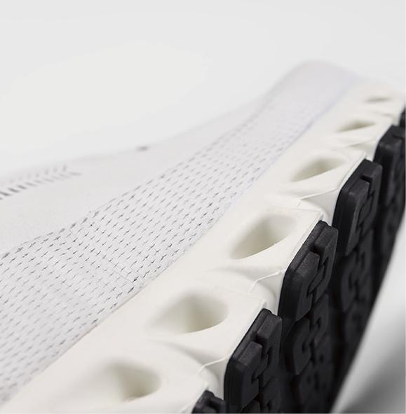 画像: 切れ込みが入ったFLEXGROOVES形状のアウトソールは自然な蹴りだしのサポートと地面への着地時の安定感を強化。