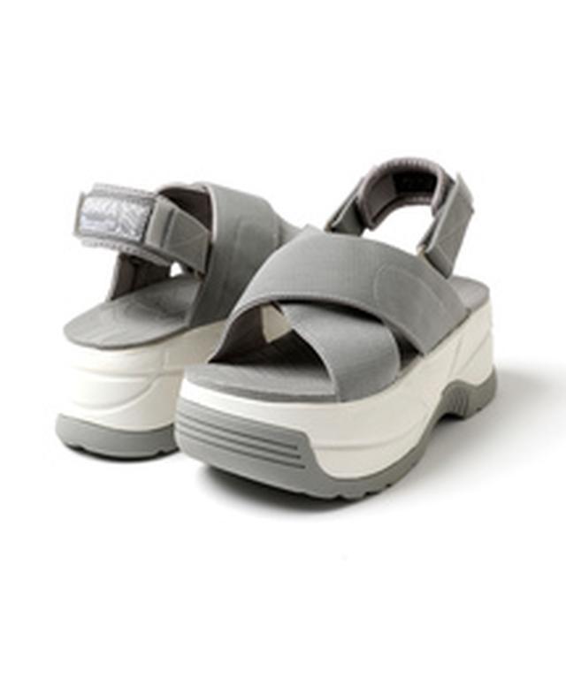 画像: スニーカーだけじゃなく、サンダルもダッドな厚底ソールが今年はカワイイ。サンダルの人気ブランドSHKAKAのFREAK'S STORE限定モデル。サンダルまで厚底を履きこなしたら、おしゃれさ満開。SHAKA SHAKA×FREAK'S STORE/シャカ