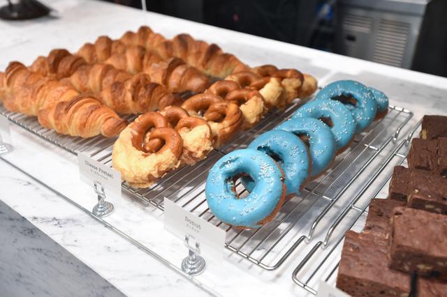 画像: ティファニーカラーのドーナツ