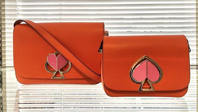 画像: 新たなシグネチャーバッグの「ニコラ」は、今夏、ボディがオレンジや白と黒のバイカラーなどを発売する。この商品は5万円