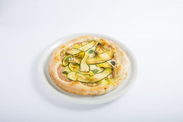 画像: ズッキーニとモルタデッラのマヨピッツァ・・・1,300円 マヨネーズを塗った生地に旬のズッキーニとモルタデッラ(ボローニャソーセージ)をのせて焼き上げました。ミントが味のアクセントです。(6月24日~6月30日に提供)