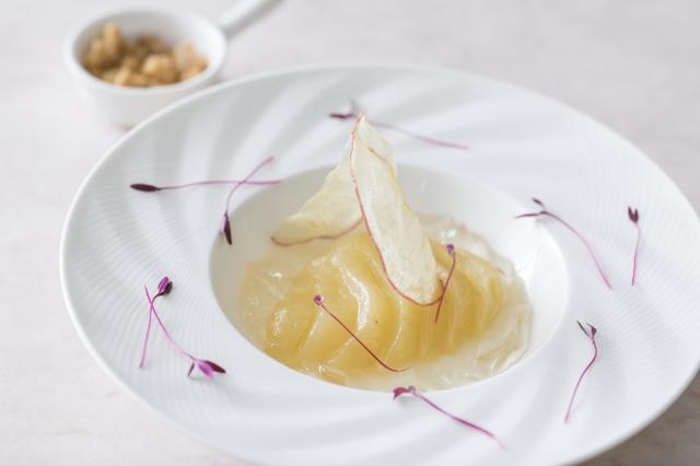 画像: アヴァン・デセール(メイン前のデザート)洋梨とリンゴのマリアージュ クランブルとともに ふるふるとカリカリ食感の対比がメインデザートへの期待を掻き立てます。
