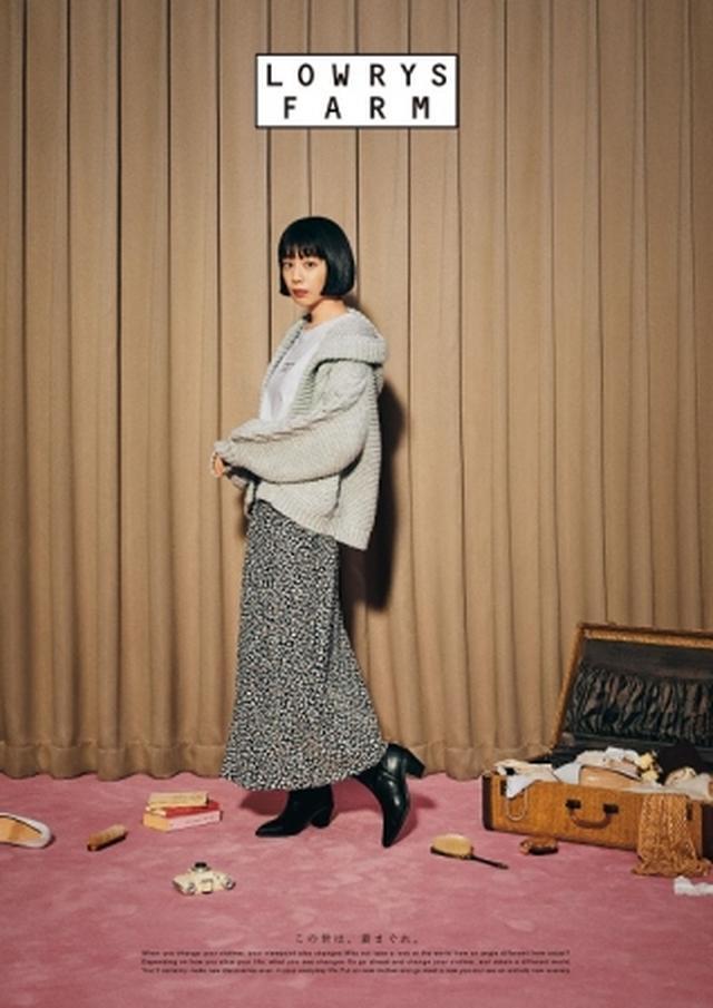 画像: 落ち感のあるレオパード柄のスカートに、ボリュームのあるざっくりしたカーディガンを合わせたカジュアルコーディネート。 カーディガン ¥7,000 ロンT ¥3,000 スカート ¥5,000 ブーツ ¥6,900