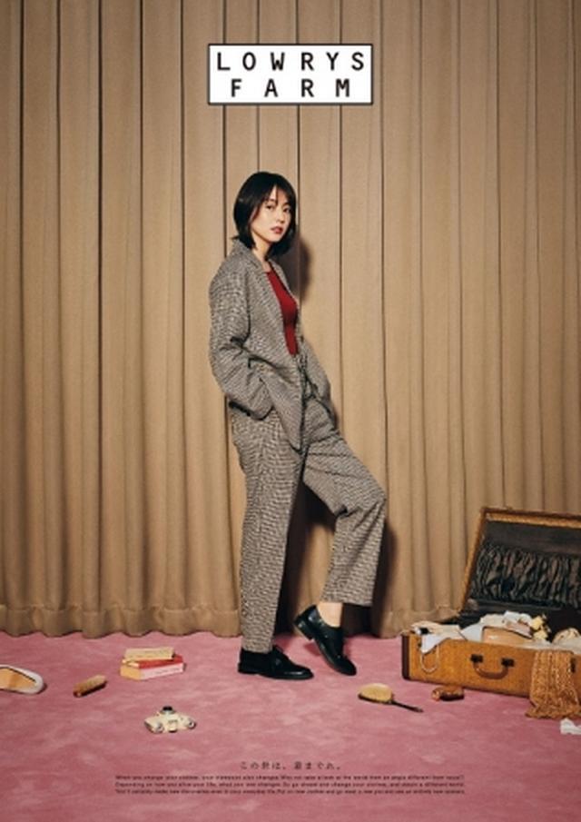 画像: この秋注目のチェック柄のセットアップ。 ジャケット ¥7,000 ロンT ¥2,500 パンツ ¥5,000 シューズ ¥5,500