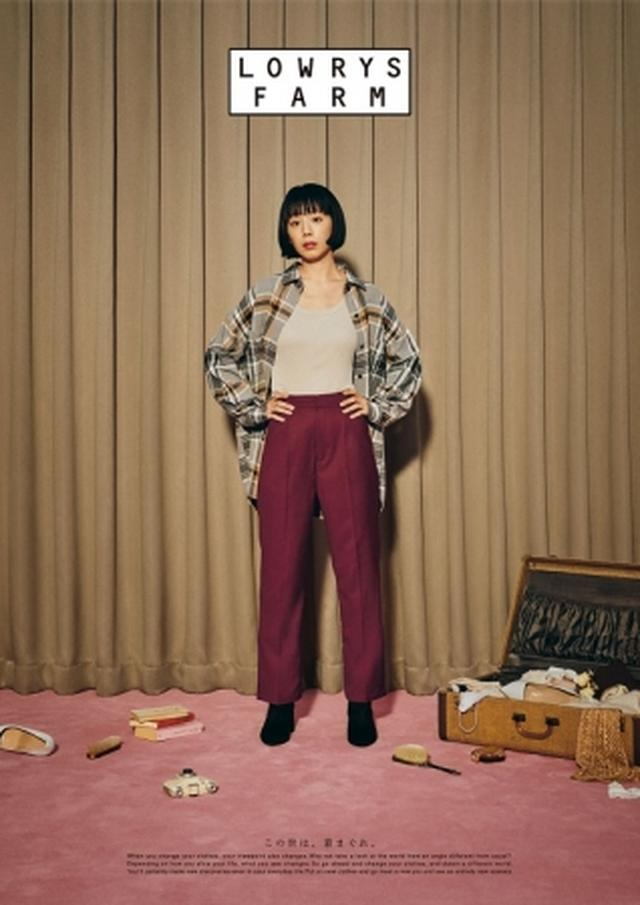 画像: ビッグシルエットのシャツにすっきりとしたセンタープレスのパンツを合わせたカジュアルすぎないコーディネート。 シャツ ¥4,500 タンクトップ ¥1,500 パンツ ¥5,000 ブーツ ¥5,500