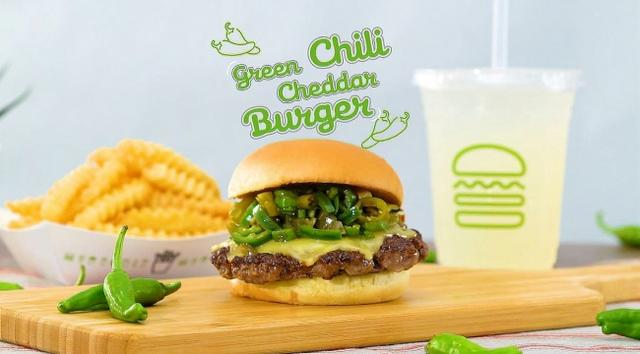 画像1: 【Shake Shack】ピリ辛と旨味を楽しむ「グリーンチリチェダーチーズバーガー」期間限定で発売!