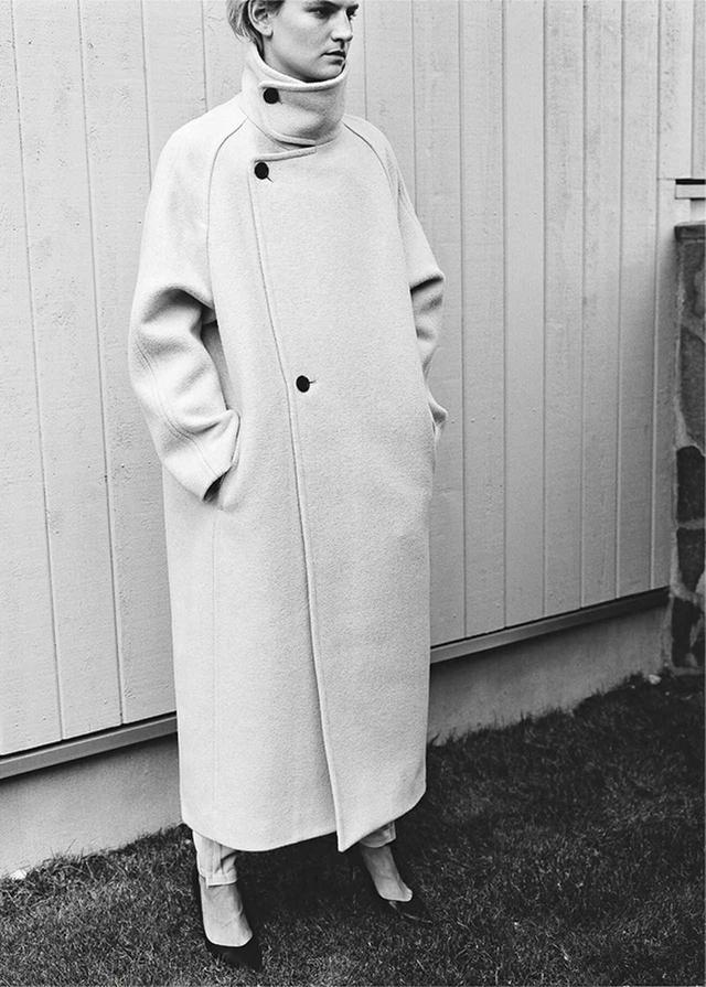 画像: ヴァージンウールならではの質感が魅力。すらっと立ち上がった襟元が、凛とした女性をイメージさせるシンプルなデザイン。 スタンドコート 9万5000円