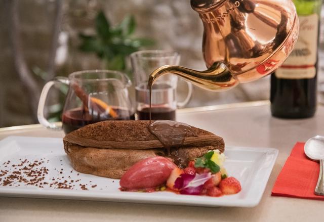 画像1: 大人のフレンチ・バレンタイン濃厚チョコソースをかけた「ふわふわショコラオムレツ」を期間限定で味わおう!
