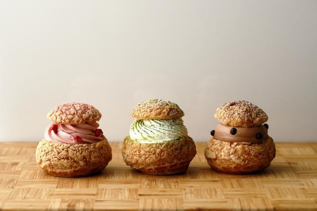 画像: テイクアウト用「本日のシュークリーム」350円(税込) (左から「苺」、「抹茶」、「チョコレート」)
