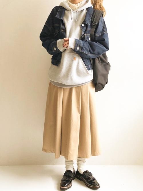 画像: パーカー×ベージュ系スカート