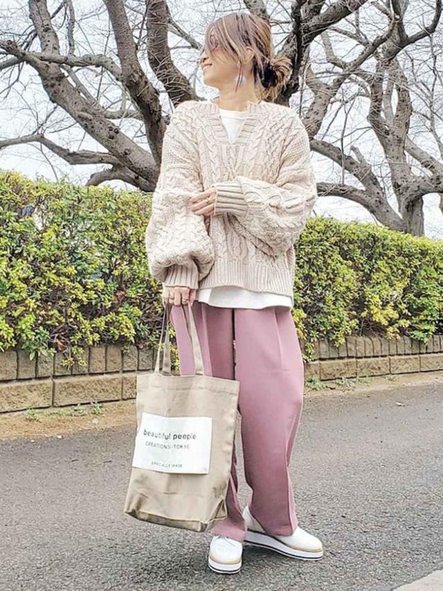 画像: パンツコーデは桜色で春を演出