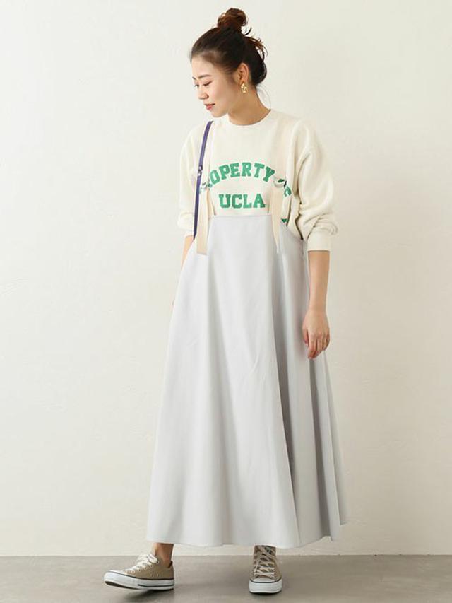 画像: ワンピースの甘さをセーブしたリラックスな装い