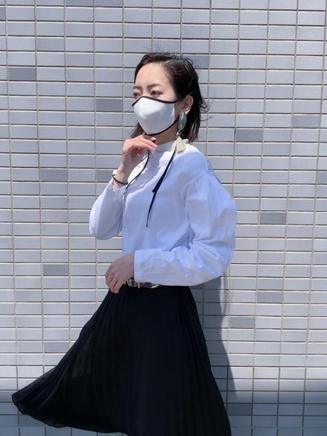 画像: 【TOGA PULLA】カットソー平均価格20,000~25,000円 【UNIQLO】スカート平均価格2,000~3,500円 【TOGA PULLA】メタルピースイヤリング16,500円(税込)