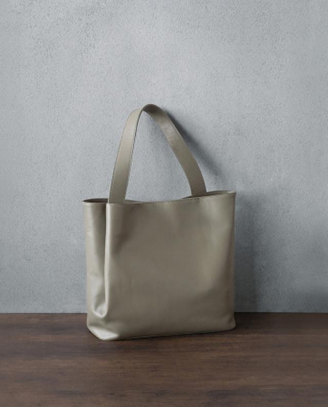 画像1: デザインのポイントは、 しなやかな革が生み出す「タックポケット」