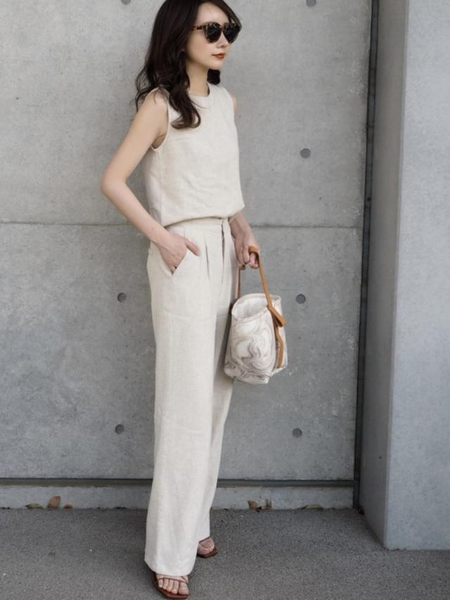 画像: ナチュラルリネンスリーブレストップス/¥3,509、ナチュラルリネンワイドパンツ/¥5,389 wear.jp