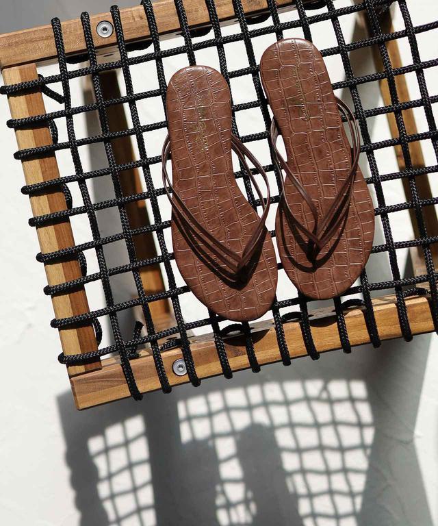画像: ダブルストラップのトングサンダル ビーチフラットサンダル ブラウン/¥2,000(税抜き)