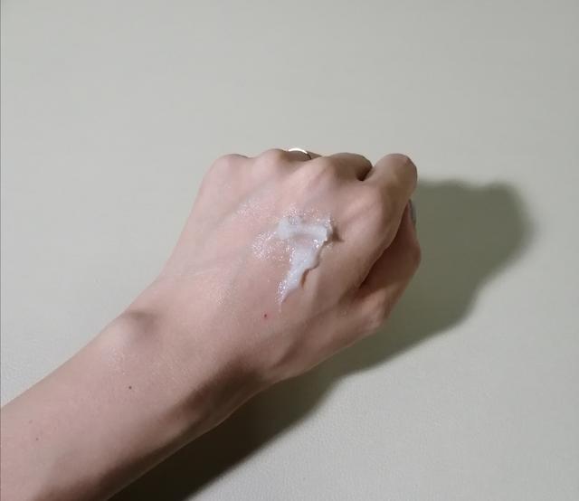 画像: クレンジングバームを手に取った直後のテクスチャーはクリーム状