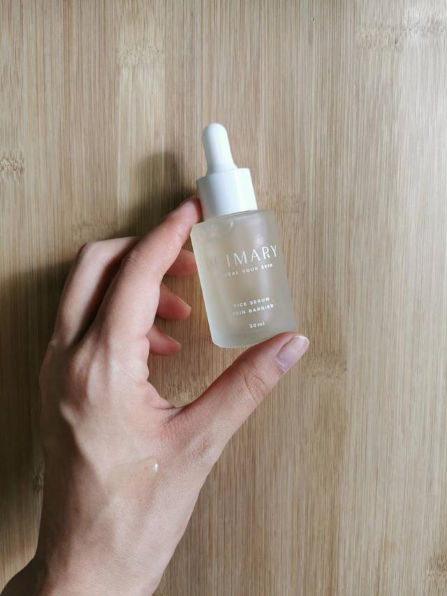 画像: 手の甲につけてみると広がるローズの香りとミディアムライトなテクスチャーのセラム