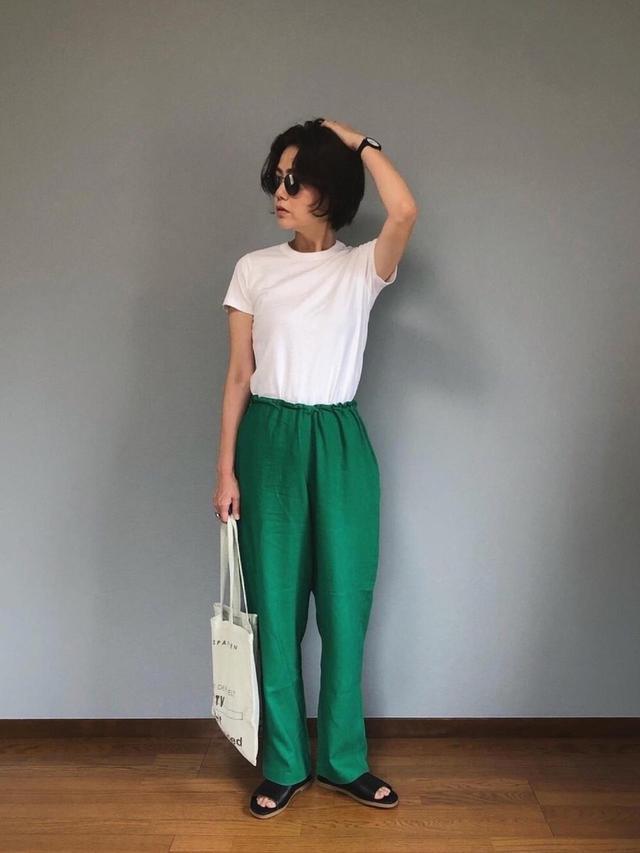画像1: 【ユニクロ】無地Tシャツで着こなす「ヘルシー美女コーデ」4選