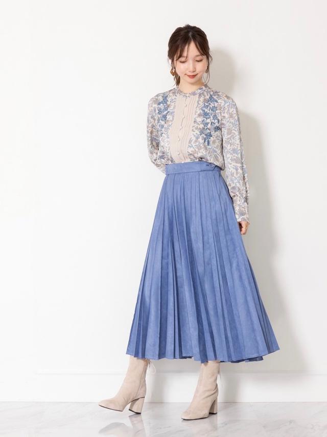 画像: 【JILLSTUART】スカート2万2,000円(税込)【JILLSTUART】ブラウス1万8,700円(税込)