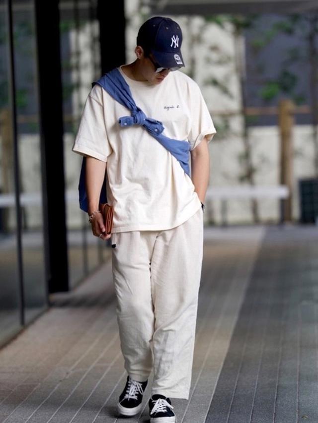 画像: 【agnes b.】Tシャツ ¥13,200(税込)【Casper John】パンツ ¥6,930(税込)【POLO RALPH LAUREN】シャツ ¥19,800(税込)【NEW ERA】キャップ ¥3,960(税込)【CONVERSE】スニーカー ¥22,000(税込)