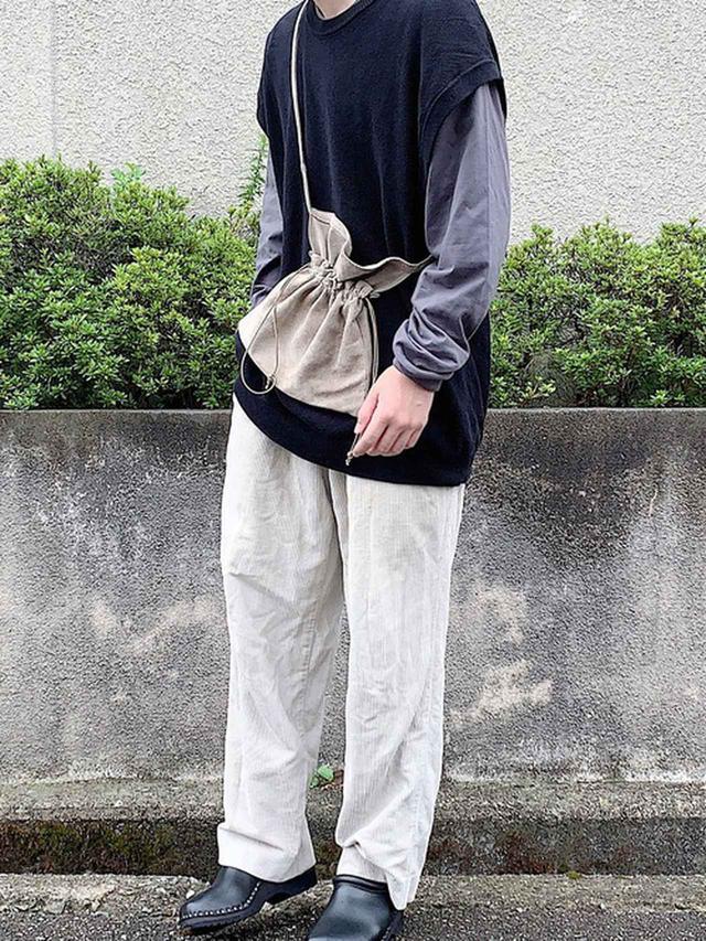 画像: 【niko and...】ベスト¥3,980(税込)【HANES】Tシャツ/カットソー¥2,090(税込)【used】パンツ価格不明【troentorp】サンダル平均価格¥20,000~¥25,000【Hender Scheme】ショルダーバッグ¥13,200(税込)