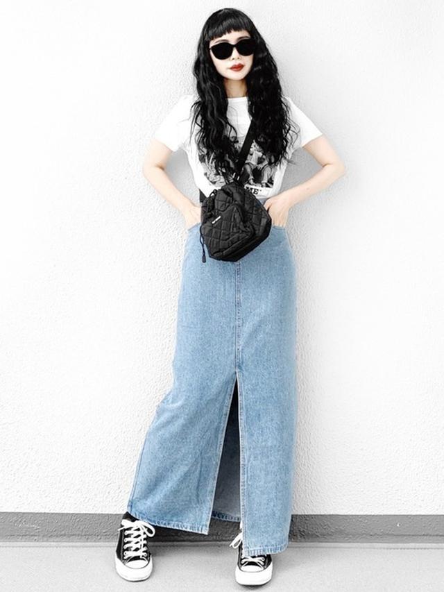 画像: 【ZARA】Tシャツ平均価格2000円~【LVEU.】デニムスカート8360円(税込)【CONVERSE】スニーカー7700円(税込)