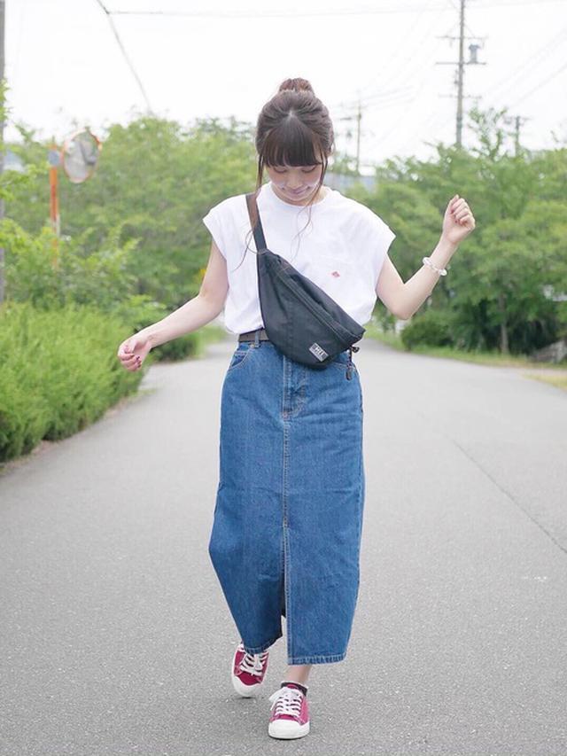 画像: 【FREAK'S STORE】Tシャツ6050円(税込)【PAGEBOY】デニムスカート6050円(税込)【MEI】ボディバッグ4290円(税込)【無印良品】スニーカー2990円(税込)