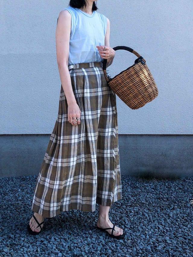 画像: 【HANES】Sleeveless T-Shirts 5280円(税込)【Demi-Luxe BEAMS】スカート平均価格1万〜2万円【Curensology】RILEY サンダル 1万780円(税込)