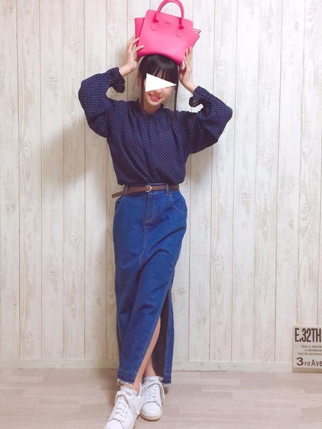 画像: 【WEGO】スカート¥4,389(税込)【E hyphen world gallery】トップス¥1,639(税込)【adidas originals】¥15,400(税込)