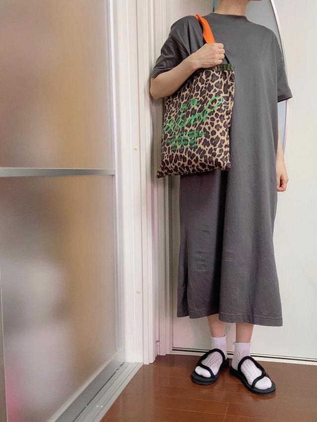 画像: 【mont-bell】ソックオンサンダル¥2,860(税込)【ユニクロ】マーセライズコットンロングTワンピース¥1,290(税抜)【LeSportsac】トートバッグ平均価格¥7,000~¥10,000