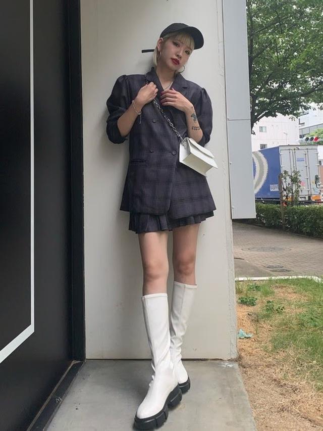 画像: 【jouetie】パワショルダブルブレストジャケット ¥9,900(税込)、ニーレングスプリーツスカート ¥6,600(税込)
