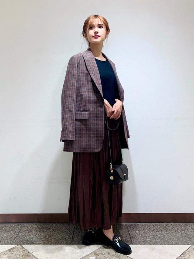 画像: 【Rouge vif】テーラードジャケット3万1900円(税込)【FONCE】スカート1万8700円(税込)【Rouge vif】ニット・セーター1万1000円(税込)
