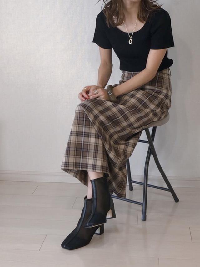 画像: 【Neuna】ブーツ¥5,940(税込)【DHOLIC】ニット¥2,959(税込)【GU】スカート平均価格¥1,000~¥3,000【willfully】バングル¥3,960(税込)