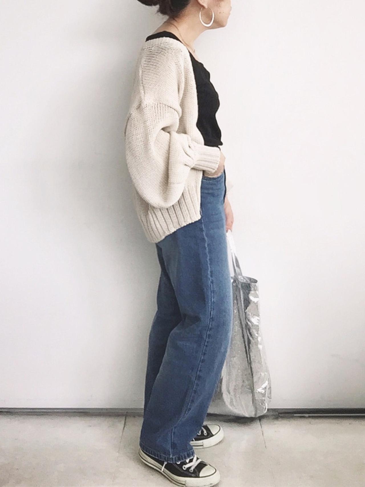 画像: 【GU】Tシャツ平均価格¥1,000〜¥2,000【via j】カーディガン ¥8,690(税込)【BINDU】トートバッグ ¥3,850(税込)