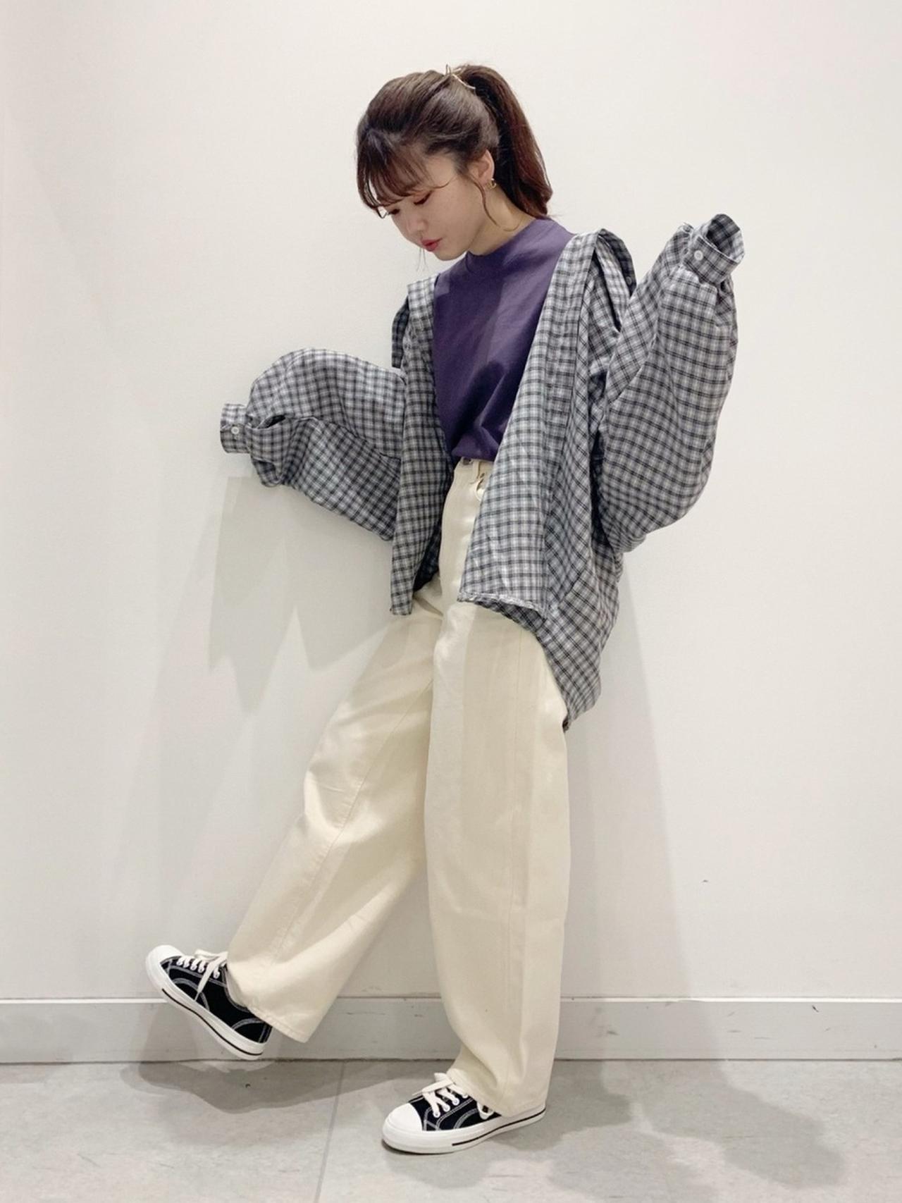 画像: 【GU】Tシャツ平均価格¥1,000〜¥2,000【GU】デニム平均価¥2,000〜¥3,000【Heather】ローカットスニーカー ¥3,850(税込)