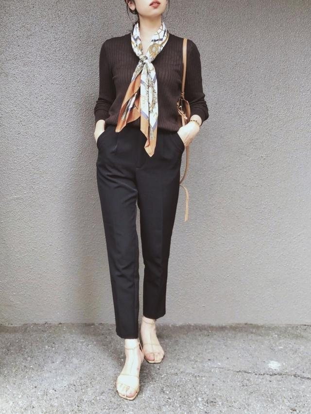 画像: 【GU】トップス平均価格1,000〜2,000円(税込) 【GU】パンツ平均価格2,000円(税込) 【Le Talon】サンダル1万2,100円(税込) 【IENA】バッグ2万6,400円(税込) 【INED】スカーフ平均価格8,000〜1万2,000円(税込)