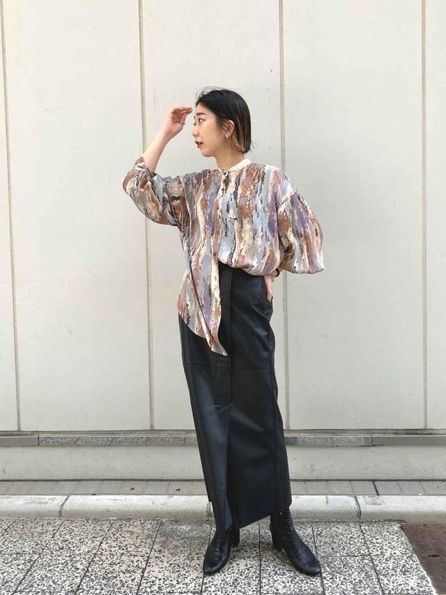 画像: 【CAPRICIEUX LE'MAGE】ペイントシャツ 11,990円(税込)【CAPRICIEUX LE'MAGE】レザーラップ風スカート 12,980円(税込)
