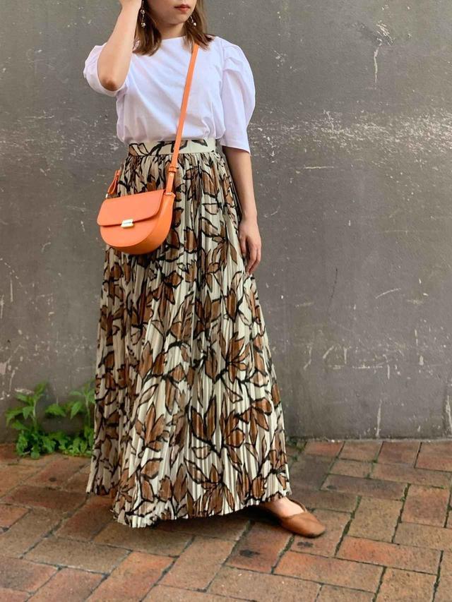 画像: 【CAPRICIEUX LE'MAGE】パワショルTシャツ 7,590円【CAPRICIEUX LE'MAGE】ボタニカルプリーツスカート 12,980円(税込)