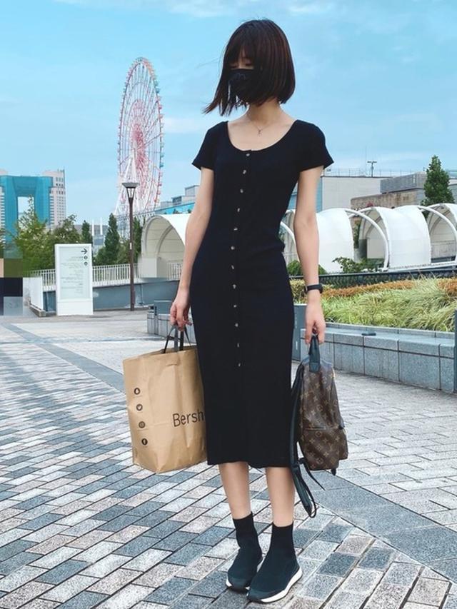 画像: 【ZARA】スニーカー¥6,990(税込)【X-girl】ワンピース¥9,900(税込)