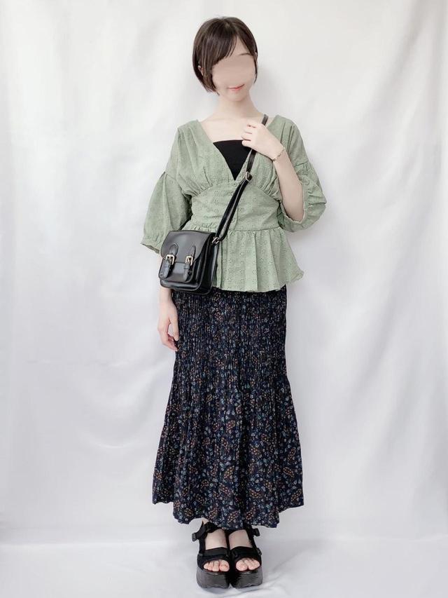 画像: 【UNIQLO】スカート2,990円 【GRL】ブラウス1,730円(税込)