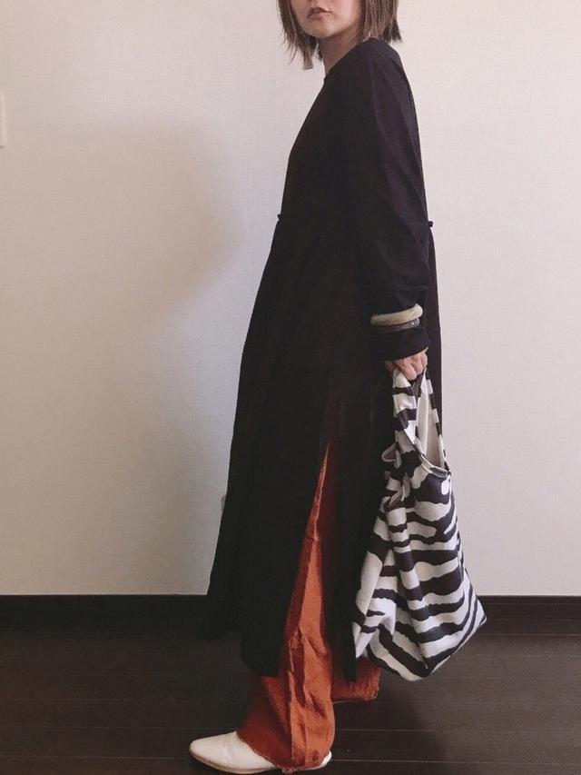 画像: 【coca】ワンピース¥2,629(税込)【PAGEBOY】パンツ¥5,390(税込)【coca】バッグ¥1,529(税込)【WEGO】バングル¥879(税込)【GU】シューズ平均価格¥2,000〜¥3,000【Handmade】ピアス価格不明