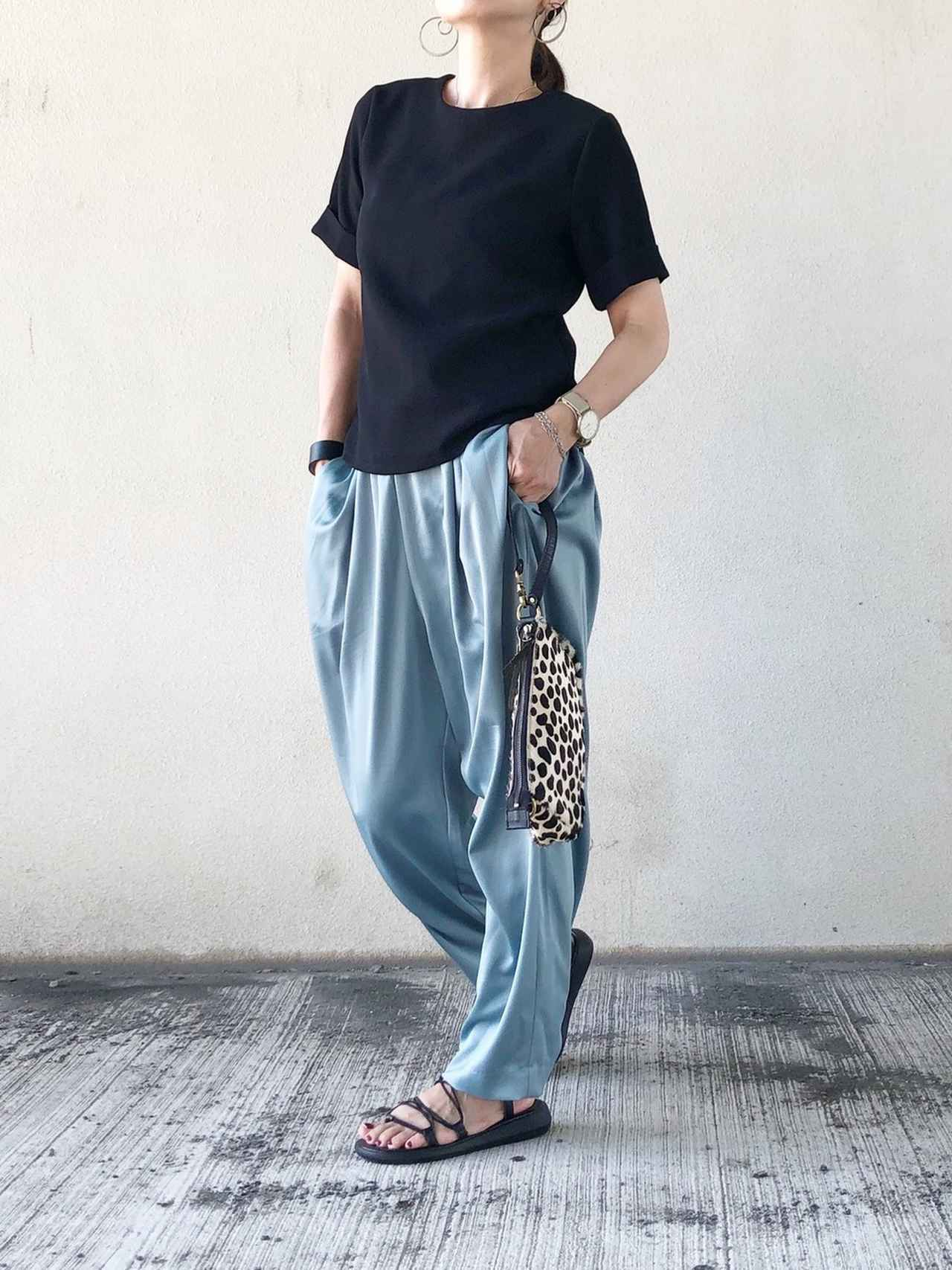 画像: 【DHOLIC】Tシャツ 平均価格2,000〜5,000円【niko and...】サテンイージータックタックパンツ 5,390円(税込)【minia】コードデザインの編み上げゴムスポーツサンダル 4,290円(税込)