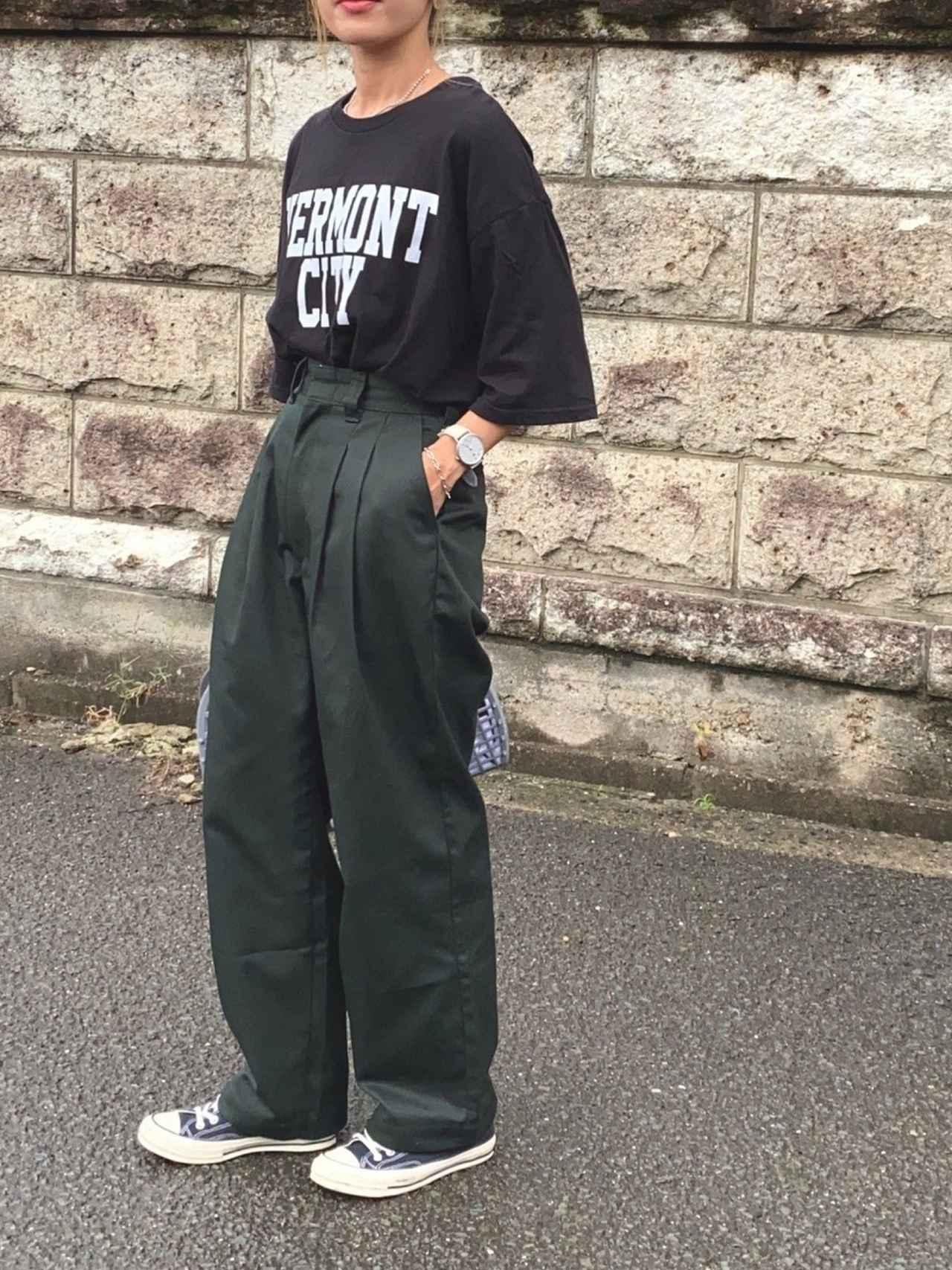 画像: 【niko and...】ビッグロゴチュニックTシャツ 3,190円(税込)【THE SHINZONE】パンツ 平均価格 15,000〜30,000円【PUEBCO】PLASTIC MARKET BAG Large 2,420円(税込)